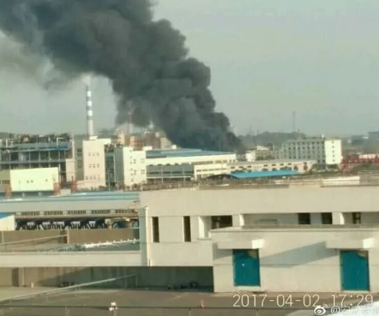 An explosion hit a warehouse of an oil company in Anqing City, east China's Anhui Province, on Sunday afternoon. [Photo: weibo]