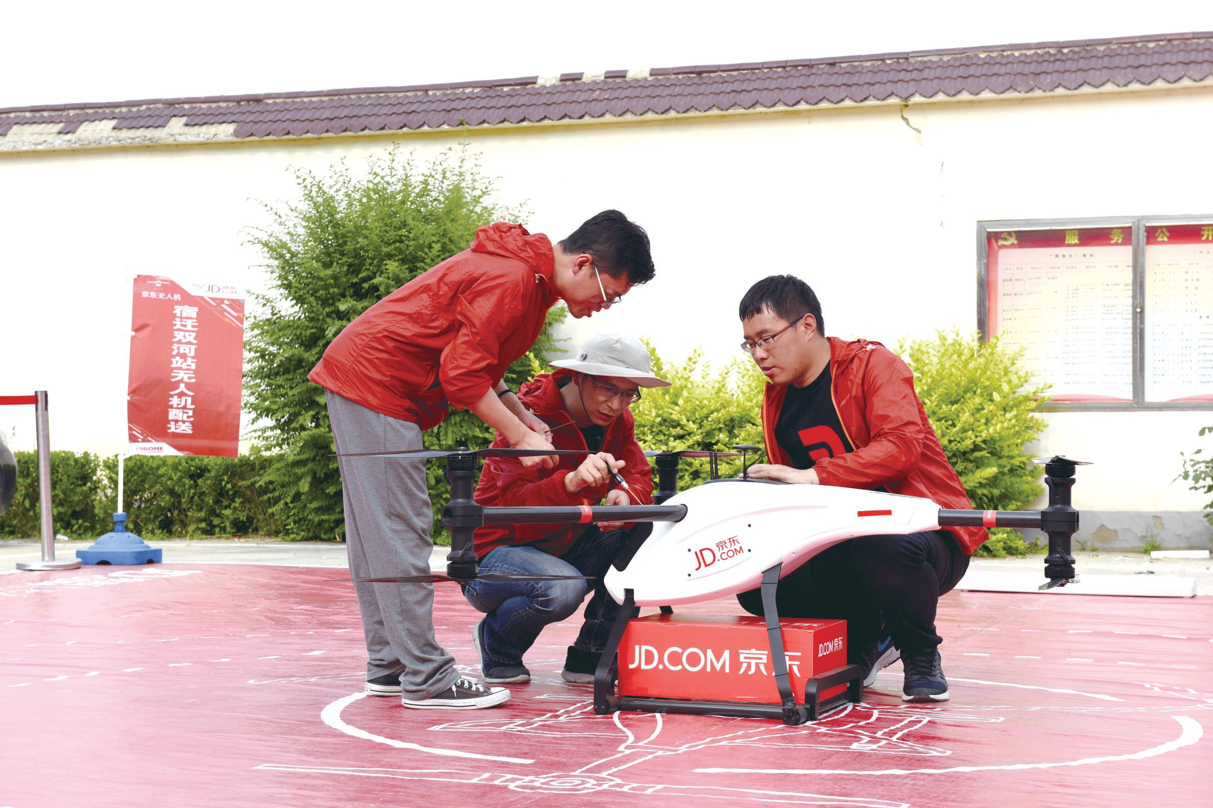 Staff from JD.com using drones to deliver parcels to rural shoppers [Photo: news.zol.com.cn]