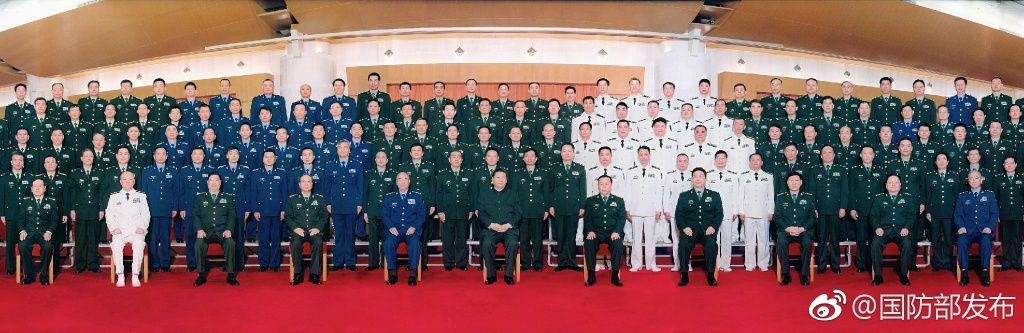 Xi Jinping takes a group photo with chief military officers Tuesday in Beijing. [Photo: Ministry of National Defense]