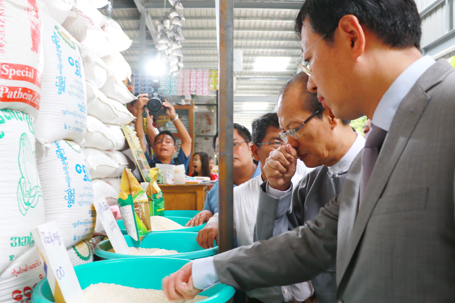 Chinese Ambassador to Myanmar, Hong Liang, and Chairman of Nay Pyi Taw Council, Dr. Myo Aung, visit a rice stall inside the new Thapyaygone Market on May 27, 2017. [Photo: China Plus/Tu Yun]