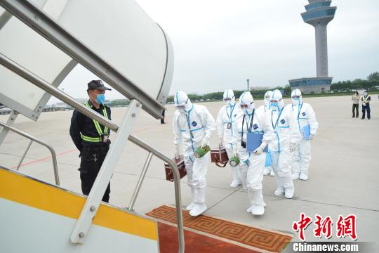Quarantine workers board the plane to check the conditions of alpacas at Wusu International Airport in Taiyuan, Shanxi province on Tuesday. [Photo: Chinanews.com]