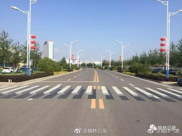 A 3D crosswalk appears to look like stones floating in the air near a middle school in the city of Yulin, northwest China's Shaanxi Province. [Photo: Yulin Daily]
