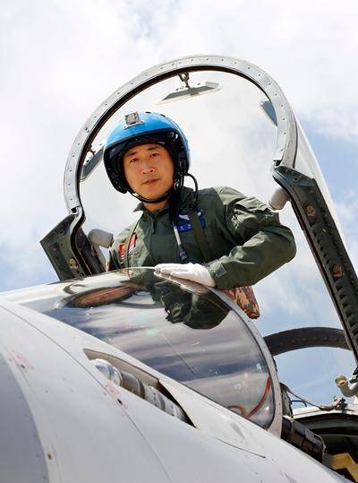 Yuan Wei, the pilot of J-15 fighter, prepares for a mission. [Photo: China.com]